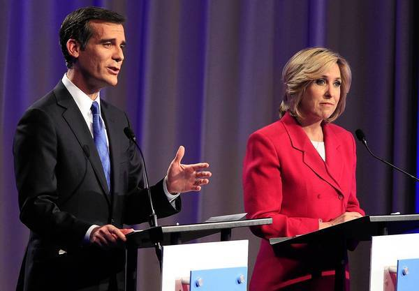 Polling shows the gap between Los Angeles mayoral candidates Eric Garcetti and Wendy Greuel narrowing as the campaign enters its final days, with Garcetti still in the lead.