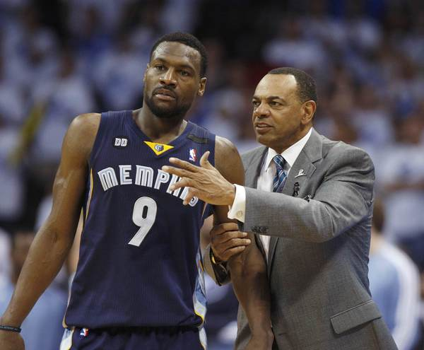 Grizzlies coach Lionel Hollins (R) talks with Tony Allen.