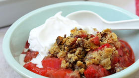 THE KITCHN: An allergy-friendly and vegan fruit crumble