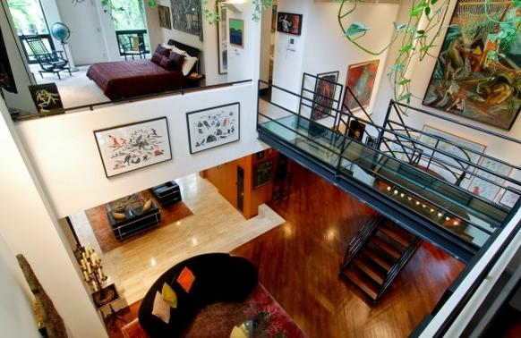 "A five-bedroom, 6,129-square-foot modernist house in Old Town that was the setting for a murder scene in the 1993 film ""The Fugitive"" has returned to the market for $3.7 million. <a href=""/news/ct-biz-0523-elite-street-20130523,0,5990069.story"">Full story</a>"