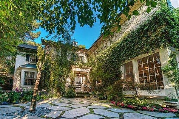 Jessica Simpson lists her 90210 house for nearly $8 million