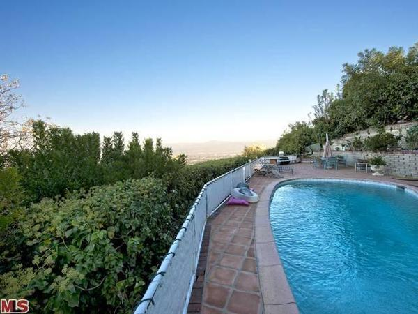 Robbie williams sells westside house with a soccer field - Beverly hills public swimming pool ...