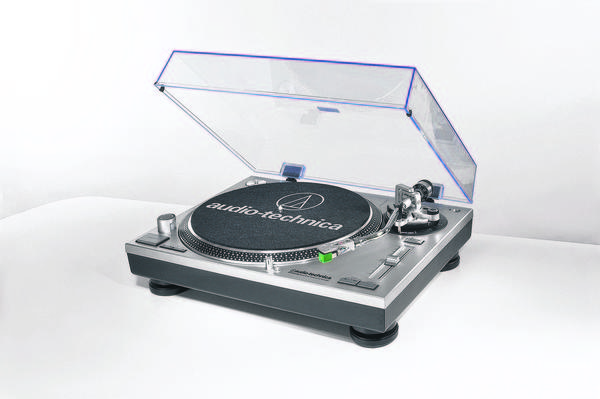 Audio-Technica AT-LP120-USB turntable features a USB computer connection and a built-in phono preamp so you can use it with any receiver or amplifier.