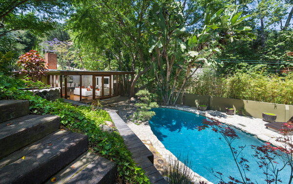 Walls of glass open the home of Anna Faris and Chris Pratt to the swimming pool.