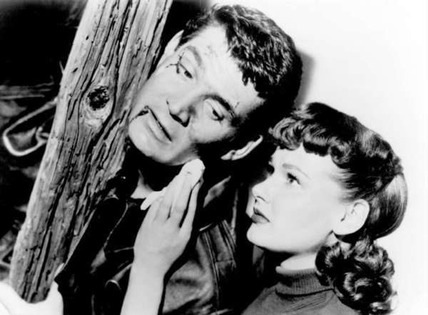 """Gene Barry and Ann Robinson try to save Los Angeles from Martians in the 1953 sci-fi classic """"The War of the Worlds."""""""