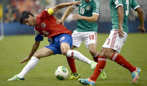 Costa Rica's Bryan Ruiz tries to control the ball in front of two Mexican defenders as both teams played out to a 0-0 tie in a World Cup qualifying match in Mexico City on Tuesday.