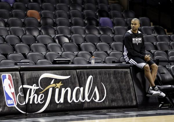 Tony Parker, who has a strained right hamstring, watches his Spurs teammates practice.
