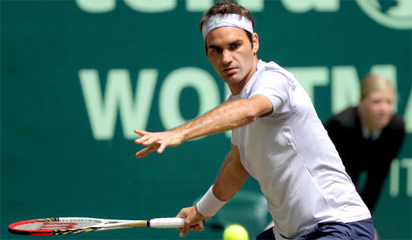 Roger Federer advanced to the semifinals with a 6-0, 6-0 defeat of Mischa Zverev in the Gary Weber Open in Germany on Friday.