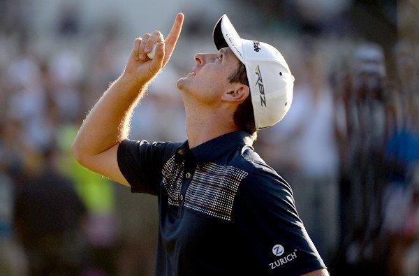 Justin Rose of England looks skyward in honor of his late father after finishing the fourth round of the U.S. Open on Sunday at Merion Golf Club.