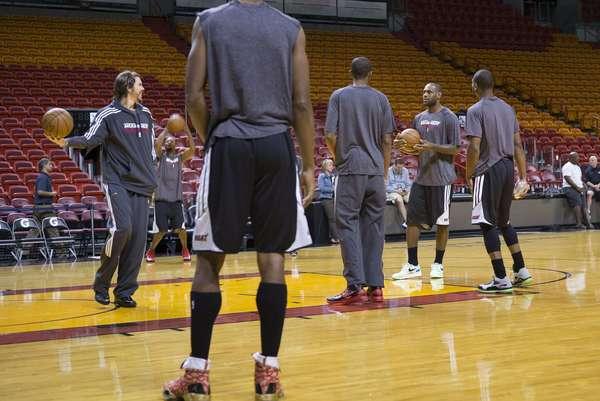 Los jugadores del Heat de Miami, Mike Miller (izq.) y LeBron James (segundo a la derecha y sin vincha) practican previo al sptimo juego de la final de la NBA el jueves 20 de junio de 2013 en Miami. Miami se mide esta noche a los Spurs de San Antonio por el ttulo de la liga.