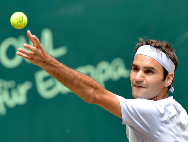 Roger Federer prepares to serve the ball to Mikhail Youzhny during their final match at the ATP Gerry Weber Open.