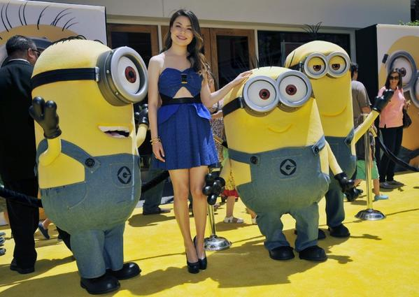 "Miranda Cosgrove poses with minion characters at the premiere of ""Despicable Me 2."""