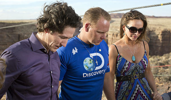 From left, Joel Osteen, Nik Wallenda and wife Erendira share a prayer before Wallenda's tightrope walk on Sunday.