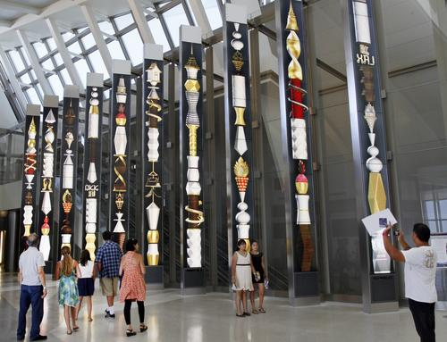 In the north concourse, 28-foot-tall columns of stacked LCD monitors display changing colorful artwork.