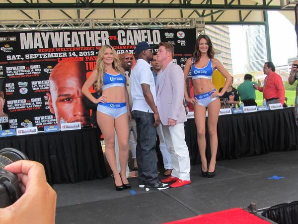 Floyd Mayweather y Canelo Alvarez frente a frente durante una conferencia de prensa el viernes 28 de junio de 2013 en Miami