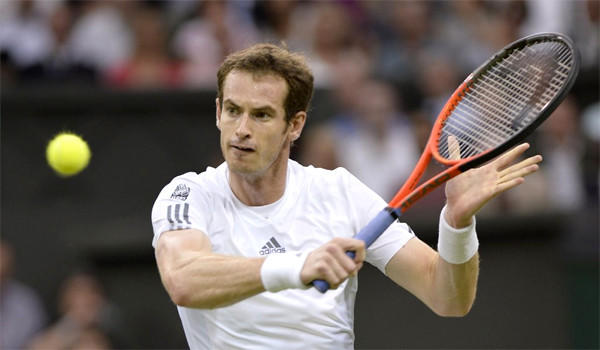 Andy Murray defeated Tommy Robredo of Spain 6-2, 6-4, 7-5 in the third round of the men's singles competition at Wimbledon on Friday.