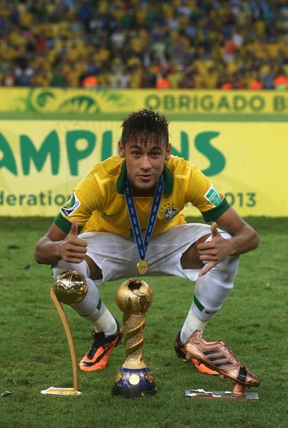 RIO DE JANEIRO, BRASIL - 30 de Junio: el super astro de Brasil, Neymar posa con los trofeos del Baln de Oro, botn de bronce y Copa Confederaciones tras la victoria de su seleccin en la final de la Copa Confederaciones en el Maracan. Neymar es el nuevo rey del ftbol mundial.