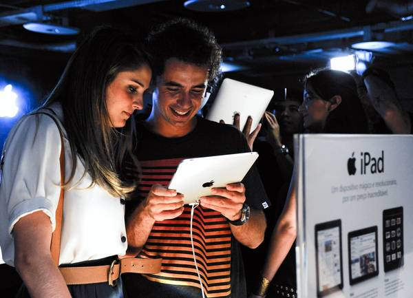 Rafaella Brites and Felipe Andreoli look at an Apple iPad in Sao Paulo, Brazil, in 2010. Samsung sold 42.4% of the smartphones in Brazil last year, followed by LG with 13.3% and Apple with 9.1%.