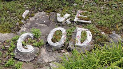 """Un saludo, que presumiblemente una vez lea """"Ama a Dios,"""" se encuentra cerca de la entrada a la Tierra Santa de Waterbury Estados Unidos."""