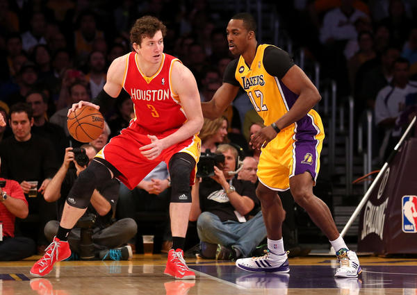 El ex centro de los Lakers, Dwight Howard (12) se ha unido a los Rockets de Houston. (Omer Asik #3 of the Houston Rockets controls the ball against Dwight Howard #12 of the Los Angeles Lakers at Staples Center on April 17, 2013 in Los Angeles, California.)