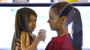 Suri Cruise, with mom Katie Holmes, deemed 'little brat' by photog