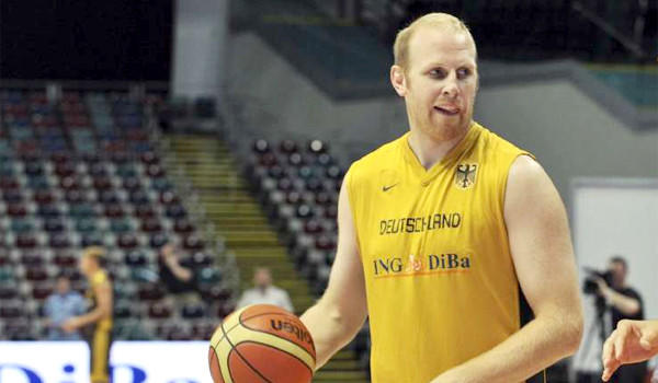 Veteran center Chris Kaman signed a one-year $3.2-million contract with the Lakers on Friday.