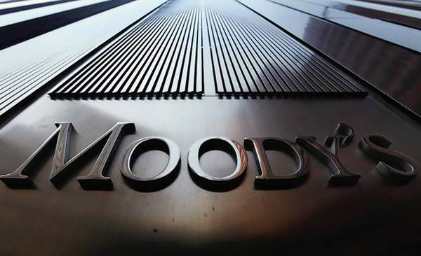 A Moody's sign on the 7 World Trade Center tower .
