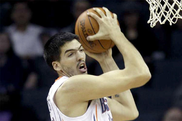 Center Byron Mullens and the Clippers reportedly have agreed to a two-year contract worth about $1 million per season.