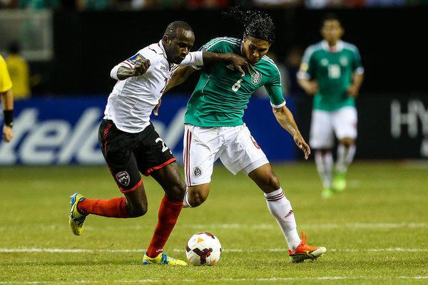 Cleon John (izq.) de, Trinidad & Tobago, disputa el baln con el mexicano Carlos Pe a (6) durante la segunda mitad del partido disputadl el sbado 21 de julio de 2013 en el Georgia Dome, correspondiente a la Copa Oro 2013. Mxico gan 1-0.