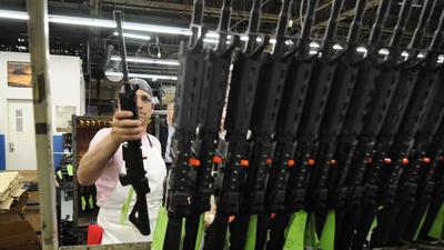 Sergio Pereira aade un fusil Colt completando un estante de armas recin reunidos en la sede de la compaa en West Hartford a principios de este ao.