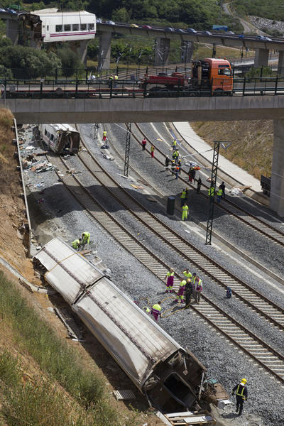 Passenger train derailment kills scores in Spain - Derailed cars removed
