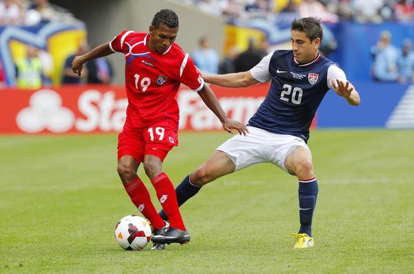 Alejandro Bedoya (20), de la seleccin de Estados Unidos, disputando el baln con el panameo Alberto Quintero (19), durante la fina de la Copa Oro de la Concacaf disputada el pasado 28 de julio en el Soldier Field, de Chicago. EEUU gan 1-0.