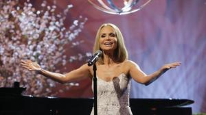 Kristin Chenoweth teaches Anthony Weiner how to be 'Popular'