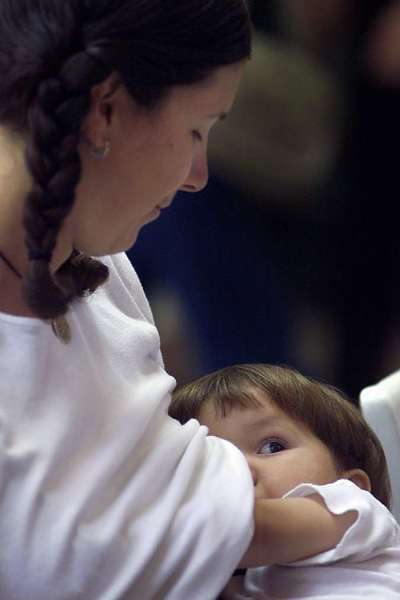 The proportion of new mothers who give breastfeeding a try rose to 77% in 2010, up from 71% in 2000, according to a report from the Centers for Disease Control and Prevention.