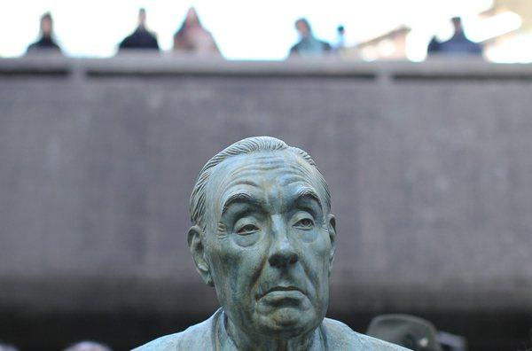 Jorge Luis Borges' work continues to be read long after his death. A statue of the writer was unveiled in the garden of the National Library in Buenos Aires.