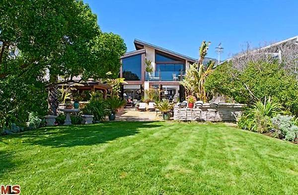 After a couple of years and price cuts, actors Goldie Hawn and Kurt Russell have closed up their longtime Malibu beach house, selling it for $9.5 million.