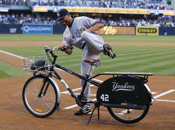 Mariano Rivera is honored with a beach cruiser bike by the Padres.