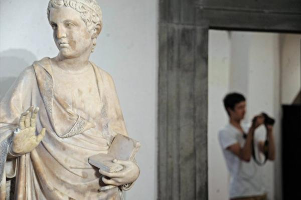 A statue by Florentine sculptor Giovanni d'Ambrogio lost a finger after it was reportedly broken off by an American tourist.
