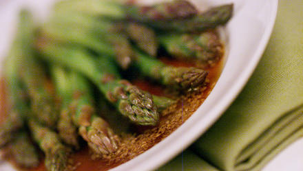 Japanese asparagus with pounded sesame sauce