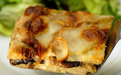 Gratin of potatoes, leeks and mushrooms