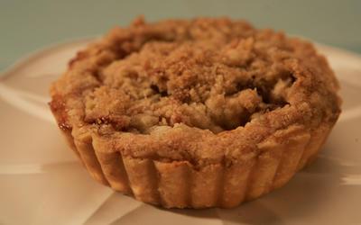 Warm apple crumble pie