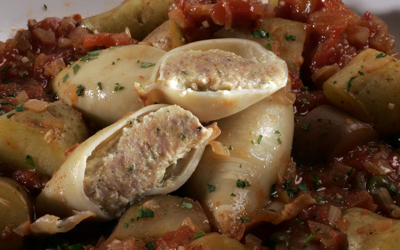 Recipe: Sausage-stuffed squid braised with tomatoes and potatoes ...