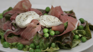 Market salad with English peas, prosciutto and goat cheese