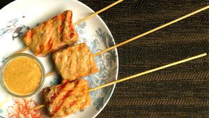 Salmon skewers with tamarind sauce