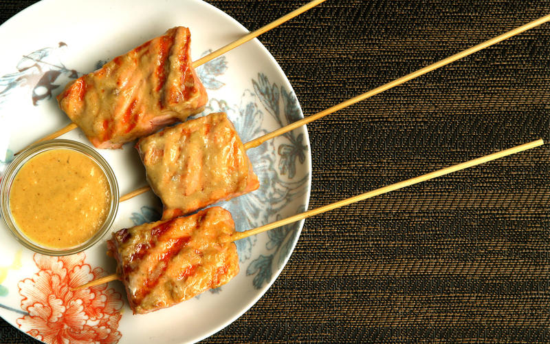 Salmon skewers with tamarind sauce
