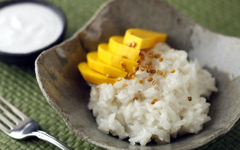 Sticky rice with mangoes