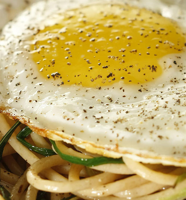 Recipe: Whole wheat spaghetti with green garlic and fried egg ...