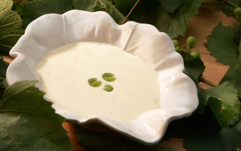 White gazpacho with grapes (Ajo blanco con uvas)