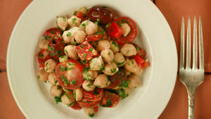 Chickpea salad with chorizo (Garbanzos alinados con chorizo)
