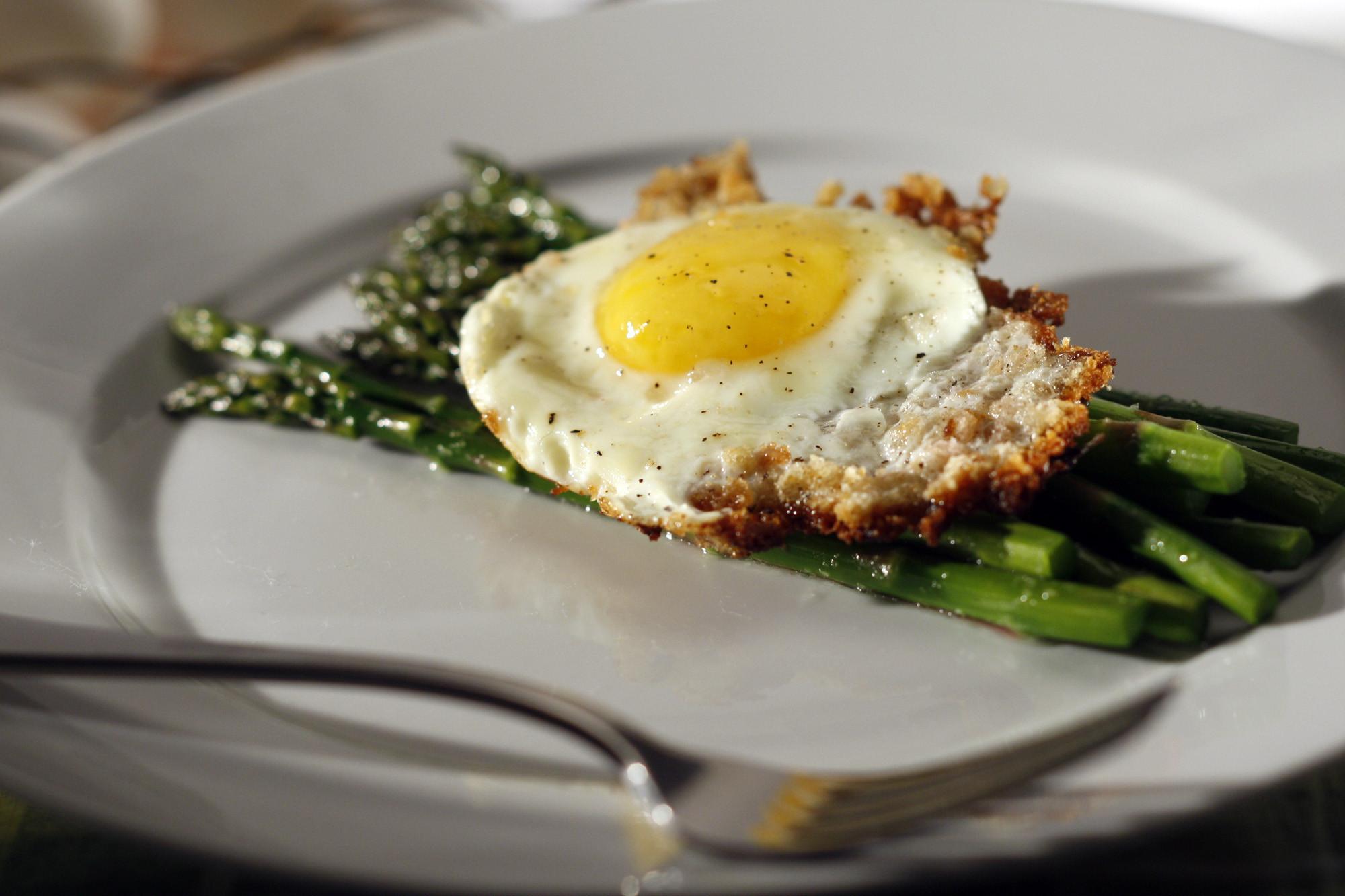 Recipe: Asparagus with bread crumb-fried eggs - California Cookbook